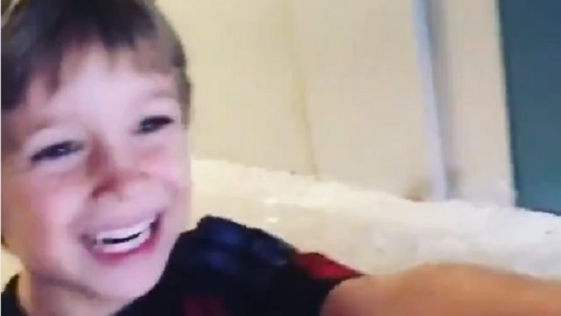 Πιτσιρικάς μπαίνει για πρώτη φορά στο «Σαν Σίρο» και λάμπουν τα μάτια του! (vid)