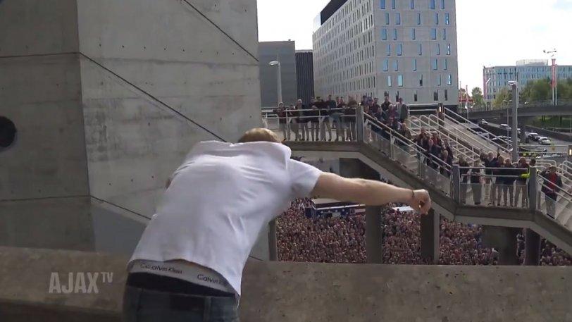 Το πάρτι τίτλου για τον Άγιαξ συνεχίστηκε και έξω από την Johan Cruijff Arena! (vid)