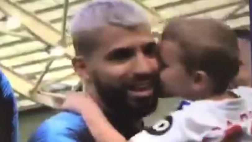 Το πιο όμορφο βίντεο με τον πιτσιρικά που φιλάει τον Αγουέρο! (vid)