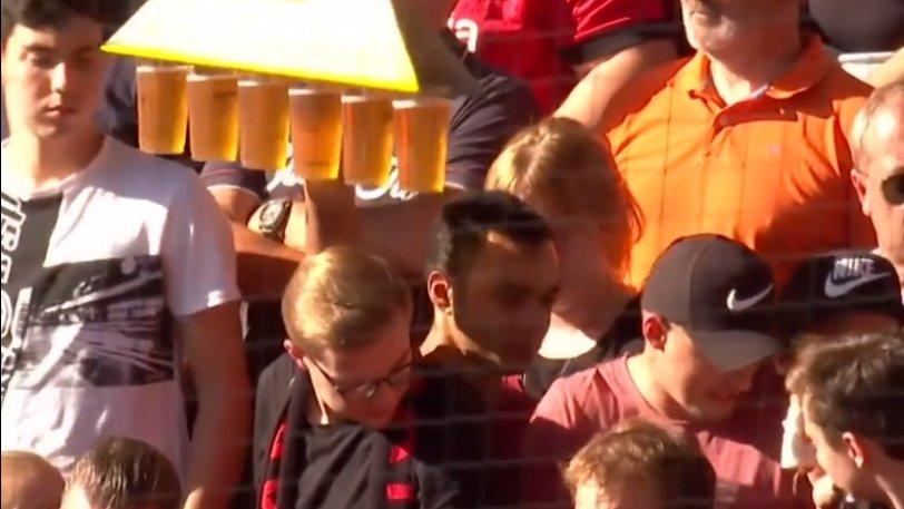 Μπάγερ Λεβερκούζεν: Ήρωας οπαδός κουβαλάει έξι ποτήρια μπύρα στην εξέδρα! (vid)