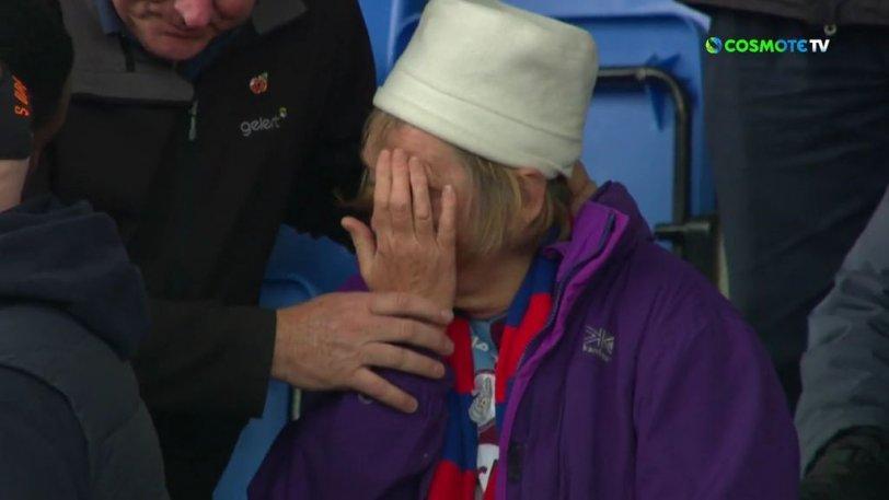 Κρίσταλ Πάλας – Γουότφορντ: Ο Γκρέι χτύπησε με σουτ ηλικιωμένη, της ζήτησε συγγνώμη και έβγαλε φωτογραφία μαζί της (vid)