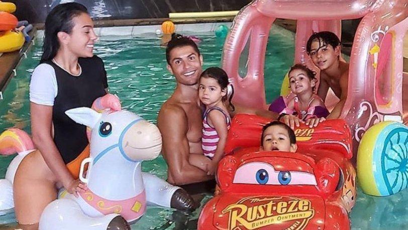 Ο Ρονάλντο παίζει παιχνίδια με την Χεορχίνα και την οικογένεια του σε πισίνα (pic)